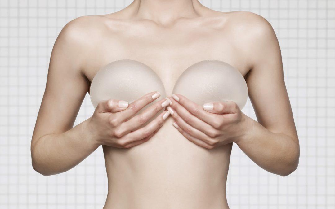 ¿De qué materiales están hechos los implantes mamarios?
